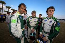 Photo de groupe des pilotes : Emanuele Pirro, Paul Drayson et Jonny Cocker