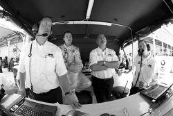 Snelste GT-kwalificeerder Dirk Muller kijken naar het einde van de sessie met Bobby Rahal