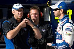 Jimmie Johnson, Hendrick Motorsports Chevrolet, con el jefe de equipo, Chad Knaus