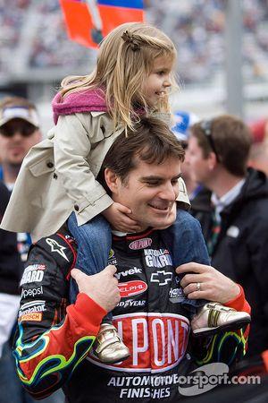 Jeff Gordon, Hendrick Motorsports Chevrolet, houdt dochter Ella Sofia vast
