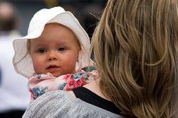 Kaylin, dochter van Matt Kenseth, wordt vastgehoude door haar moeder Katie