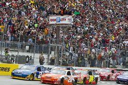 Start: Joey Logano, Joe Gibbs Racing Toyota en Kurt Busch, Penske Racing Dodge