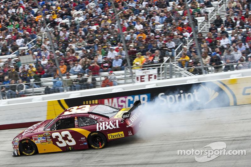 Clint Bowyer, Richard Childress Racing Chevrolet heeft een klapband