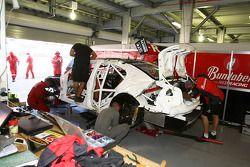 Auto van Andrew Thompson wordt aan gewerkt na een crash in bocht 8