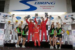 GT2 podium: klasse winnaars Jaime Melo, Gianmaria Bruni en Pierre Kaffer, tweede plaats Bill Auberle