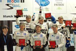 Podium van de klassewinnaars: P2-winnaars Greg Pickett, Klaus Graf en Sascha Maassen, GT2-winnaars J