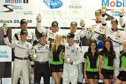 Podium de la catégorie P2 vainqueurs Greg Pickett, Klaus Graf et Sascha Maassen, GT2 vainqueurs Jaim
