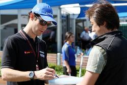 Bruno Senna, Hispania Racing F1 Team signe un autographe