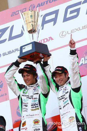GT300 Podium : winnaar #7 M7 Mutiara Motors Amemiya SGC-7: Nobuteru Tanigichi, Ryo Orime