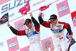 GT500 Podium : winnaar #24 His Advan Kondo GT-R: Joao Paulo Lima De Oliveira, Hironobu Yasuda