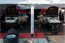 Flying Lizard crew at work in the paddock