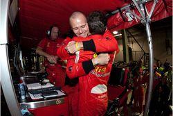 Pierre Kaffer krijgt knuffel van ploegmaat Gianmaria Bruni