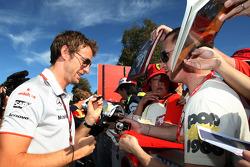 Jenson Button, McLaren Mercedes signe des autographes