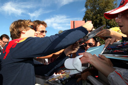 Sebastian Vettel, Red Bull Racing, Jenson Button, McLaren Mercedes, signe des autographes