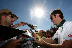 Jarno Trulli, Lotus F1 Team, signe des autographes