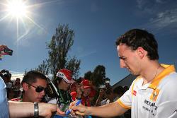 Robert Kubica, Renault F1 Team, signe des autographes