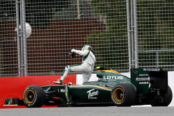 Heikki Kovalainen, Lotus F1 Team s'arrête sur la piste pendant les premiers essais