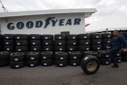 Un employé Goodyear envoie un pneu à un collègue