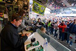 Les fans soutiennent Carl Edwards pendant une séance d'autographes