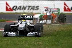 Nico Rosberg, Mercedes GP, passe dans l'herbe