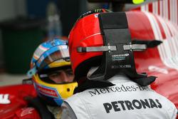 Michael Schumacher, Mercedes GP discute avec Fernando Alonso, Scuderia Ferrari