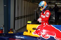 Fernando Alonso, Scuderia Ferrari jette un oeil à la voiture de Mark Webber, Red Bull Racing