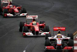 Льюис Хэмилтон, McLaren Mercedes едет впереди Фелипе Массы, Scuderia Ferrari и Фернандо Алонсо, Scud