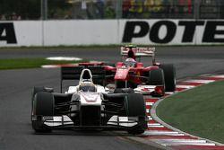 Pedro de la Rosa, BMW Sauber F1 Team leads Fernando Alonso, Scuderia Ferrari