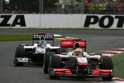 Льюис Хэмилтон, McLaren Mercedes едет впереди Рубенса Баррикелло, Williams F1 Team