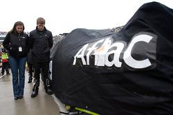 Carl Edwards, Roush Fenway Racing Ford et sa femme Kate pendant l'Hymne National