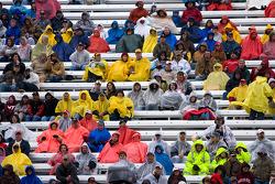 Les fans attendent et espèrent que la pluie va s'arrêter