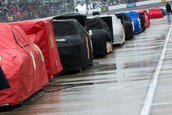 Les voitures alignées dans les stands pendant l'interruption de la pluie