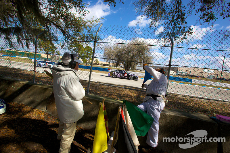 Marshalls aan het werk terwijl de #88 Velox Motorsport Porsche 911 GT3 Cup: Shane Lewis, Jerry Vento, Lawson Aschenbach voorbij rijdt