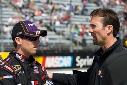Denny Hamlin, Joe Gibbs Racing Toyota discute avec le propriétaire d'équipe J.D. Gibbs