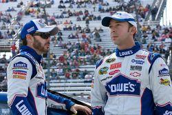 Jimmie Johnson, Hendrick Motorsports Chevrolet discute avec son chef d'équipe Chad Knaus