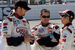 Greg Biffle, Roush Fenway Racing Ford discute avec ses membres d'équipe