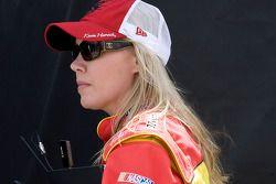 Delana Harvick regarde la #29 Pennzoil ajustée par l'équipe de son mari Kevin Harvick