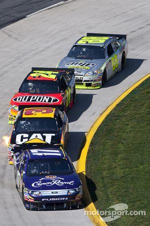 Matt Kenseth, Roush Fenway Racing Ford devant Jeff Burton, Richard Childress Racing Chevrolet et Jef