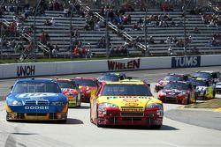 Kevin Harvick, Richard Childress Racing Chevrolet et Kurt Busch, Penske Racing Dodge en bagarre pour la tête