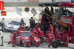 Parada de pits para Kasey Kahne, Richard Petty Motorsports Ford