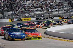 Kurt Busch, Penske Racing Dodge et Jeff Gordon, Hendrick Motorsports Chevrolet devant le peloton
