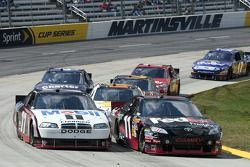 Sam Hornish Jr., Penske Racing Dodge et Denny Hamlin, Joe Gibbs Racing Toyota