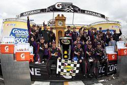 Victory lane: vainqueur Denny Hamlin, Joe Gibbs Racing Toyota fête son succès avec son équipe