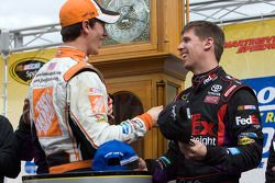 Victory lane: race winnaar Denny Hamlin, Joe Gibbs Racing Toyota met Joey Logano, Joe Gibbs Racing T
