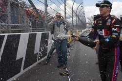 Le vainqueur Denny Hamlin, Joe Gibbs Racing Toyota