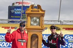 Victory lane: le vainqueur Denny Hamlin, Joe Gibbs Racing Toyota