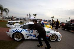 Une Porsche 911 historique est poussé dans la Gallery of Legends