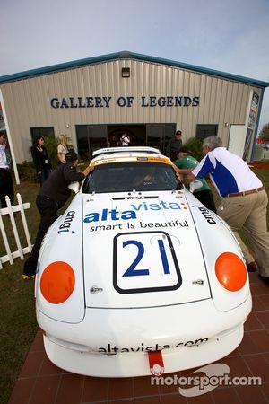 Een retro Porsche 911 wordt geduwd in de Gallery of Legends