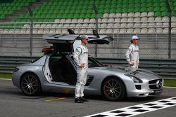Michael Schumacher, Mercedes GP Y Nico Rosberg, Mercedes GP con el auto de seguridad de la FIA