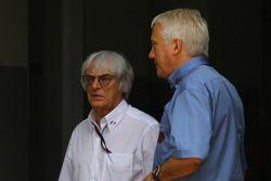 Bernie Ecclestone avec Charlie Whiting, FIA safety delegate, Directeur de course & offical starter
